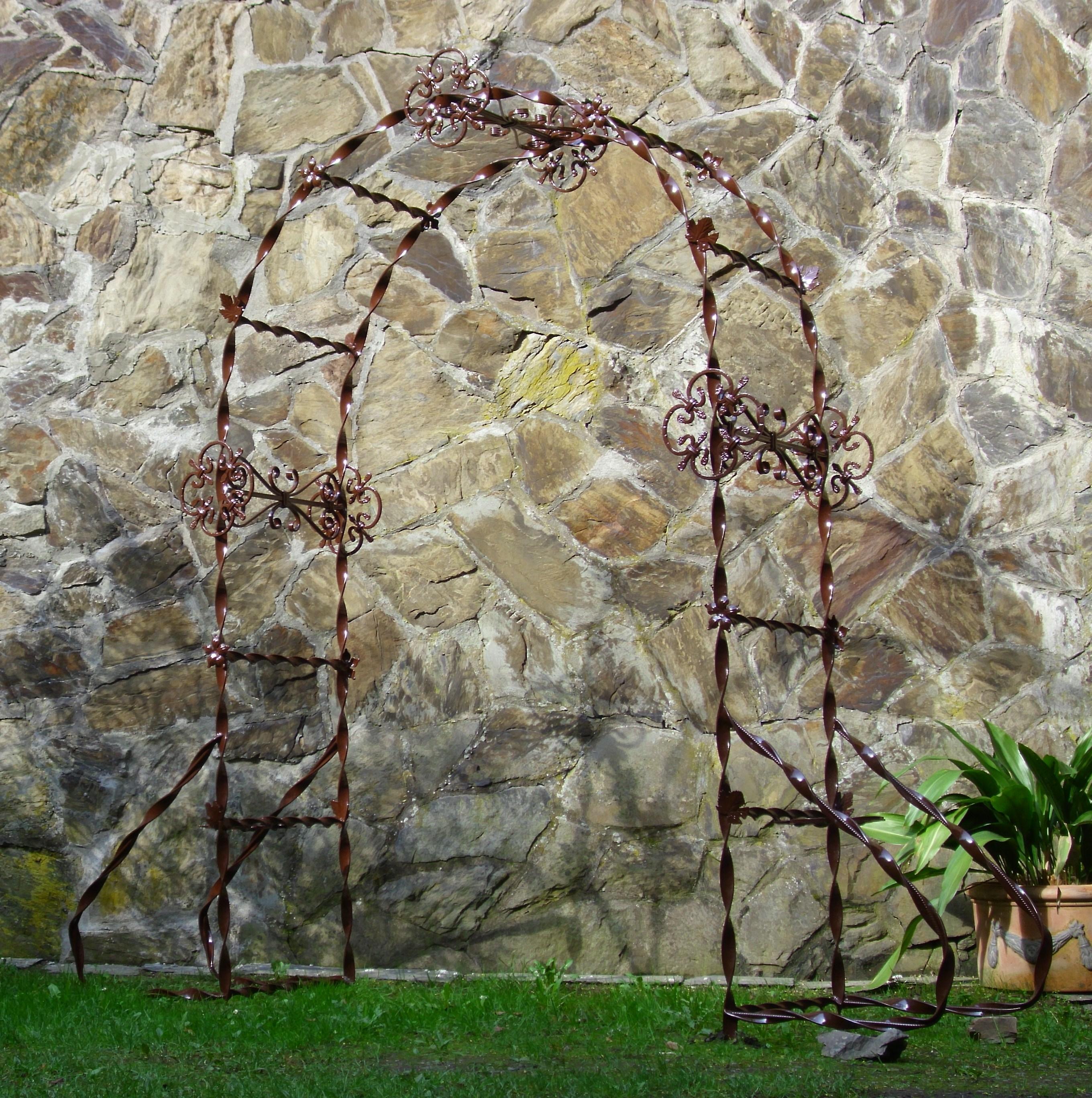 Honosný dekorativní oblouk, jako vstup na babiččínu zahrádku