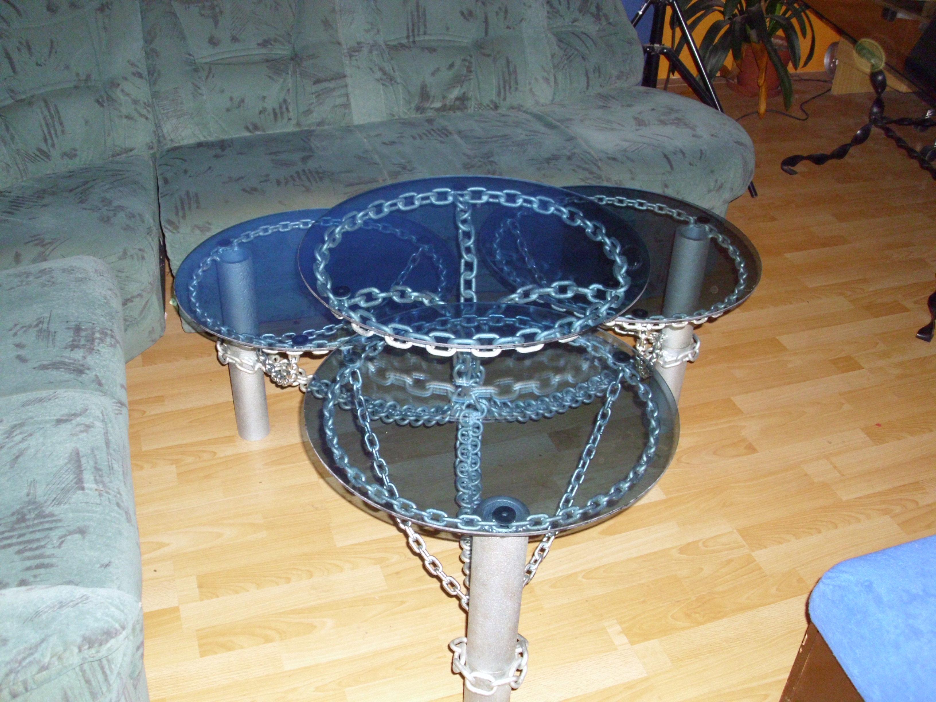 Kovový stůl vyrobený z řetězů s modrými skly - rozkládací
